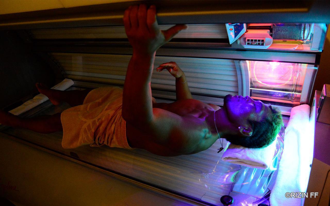 画像: 日焼けマシンの扉が開いた武田光司