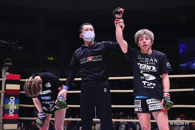 画像: 激闘の末、浜崎が2-1判定勝利で見事王座防衛に成功!