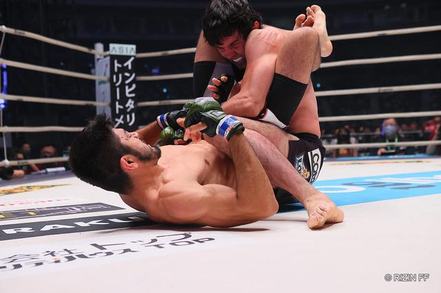 画像: サトシがムサエフに三角絞めで勝利!念願の初代RIZINライト級王者へ