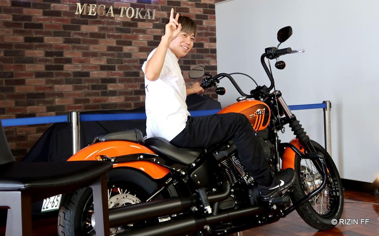 画像: 勝利者賞のバイクに跨る浜崎朱加