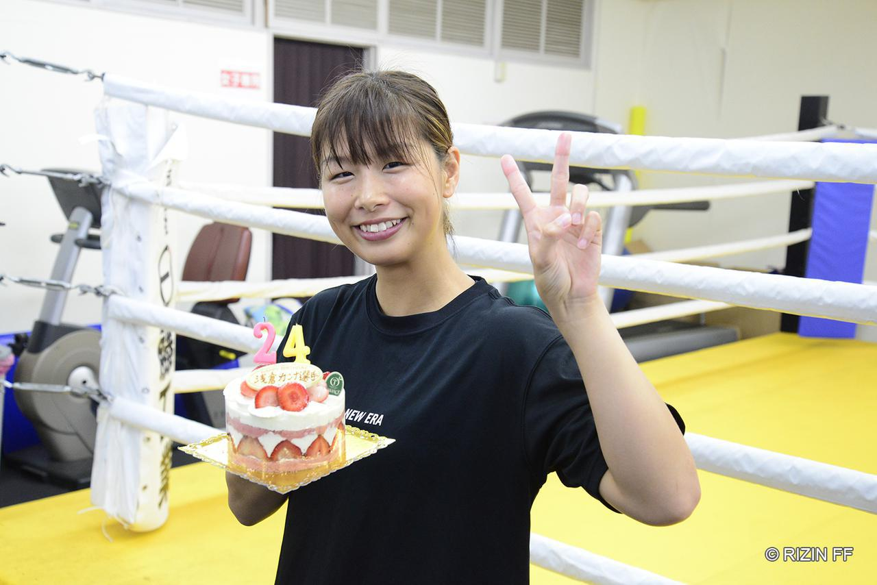 画像: 公開練習当日の10月12日は浅倉カンナの誕生日ということで、ケーキが渡された