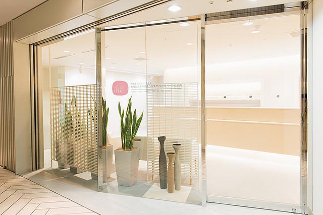画像: イーク丸の内エントランス。職場の同僚の口コミで来院される方も多いという。 www.ihc.or.jp