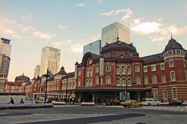 画像: イーク丸の内はJR東京駅丸の内南口。はとバス乗り場の向かいのビルが東京ビルTOKIAだ。