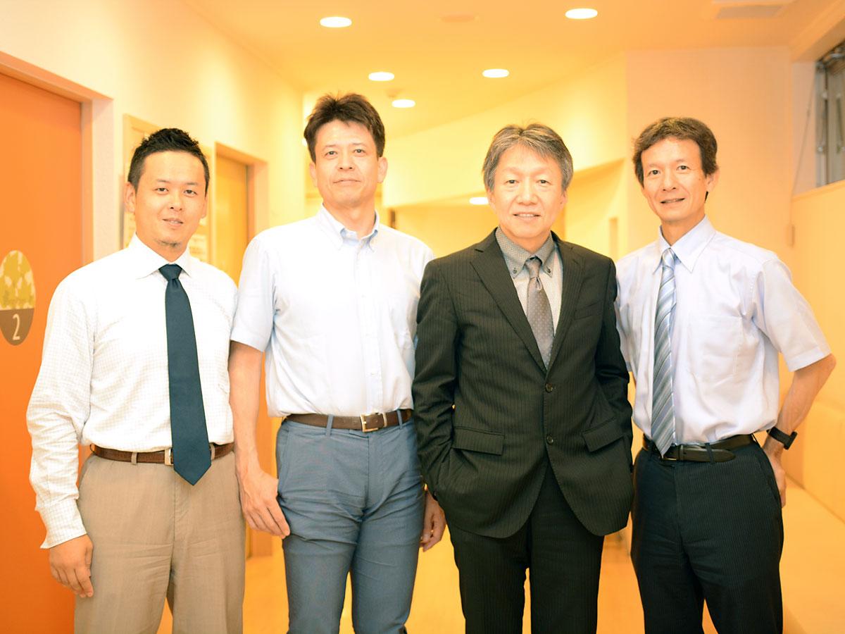 画像: 用賀アーバンクリニックにて。(左から)事務長の越路公雄さん。院長の田中勝巳先生。理事長の野間口聡先生。株式会社メディヴァの岩崎克治さん。