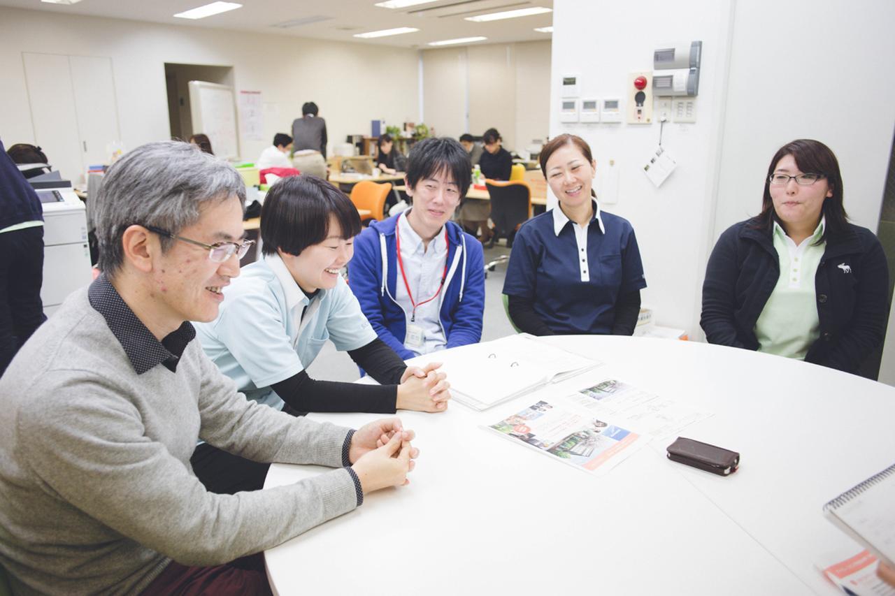 画像: 左から、遠矢純一郎(医師、桜新町アーバンクリニック院長)、片山智栄(看護師)、大場哲也(介護支援専門員、介護福祉士)、五島早苗(訪問看護認定看護師)、村島久美子(作業療法士)。