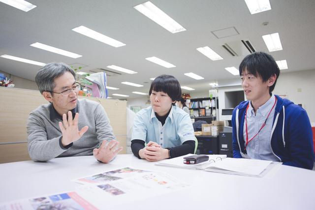画像: 桜新町アーバンクリニック在宅医療部のオフィスにて。左から、遠矢先生、片山さん、大場さん。