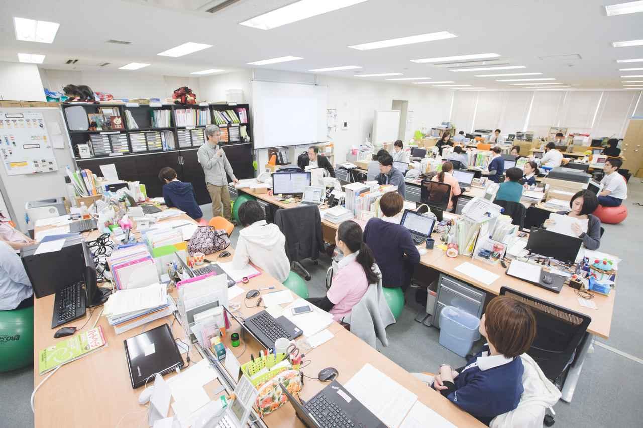 画像: カンファレンスの風景。立っているのが遠矢先生。バランスボール利用率の高さも気になります。©naoko oyama