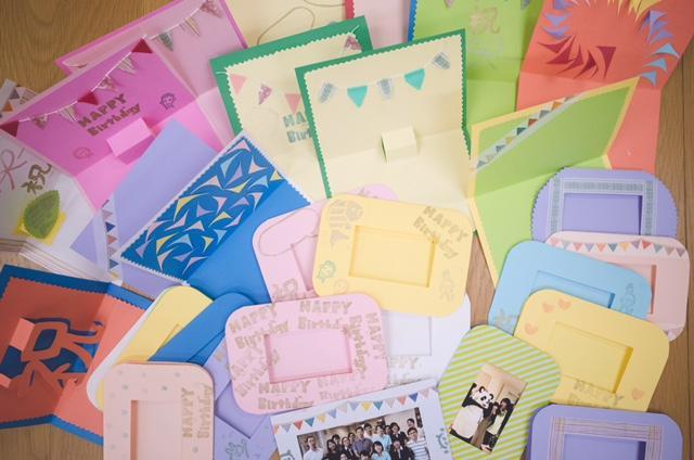 画像: 「ものづくり部」がハンドメイドした患者さんのためのバースデーカード。「祝」の字がポップアップするカードまで!Photo:naoko oyama www.sakura-urban.jp