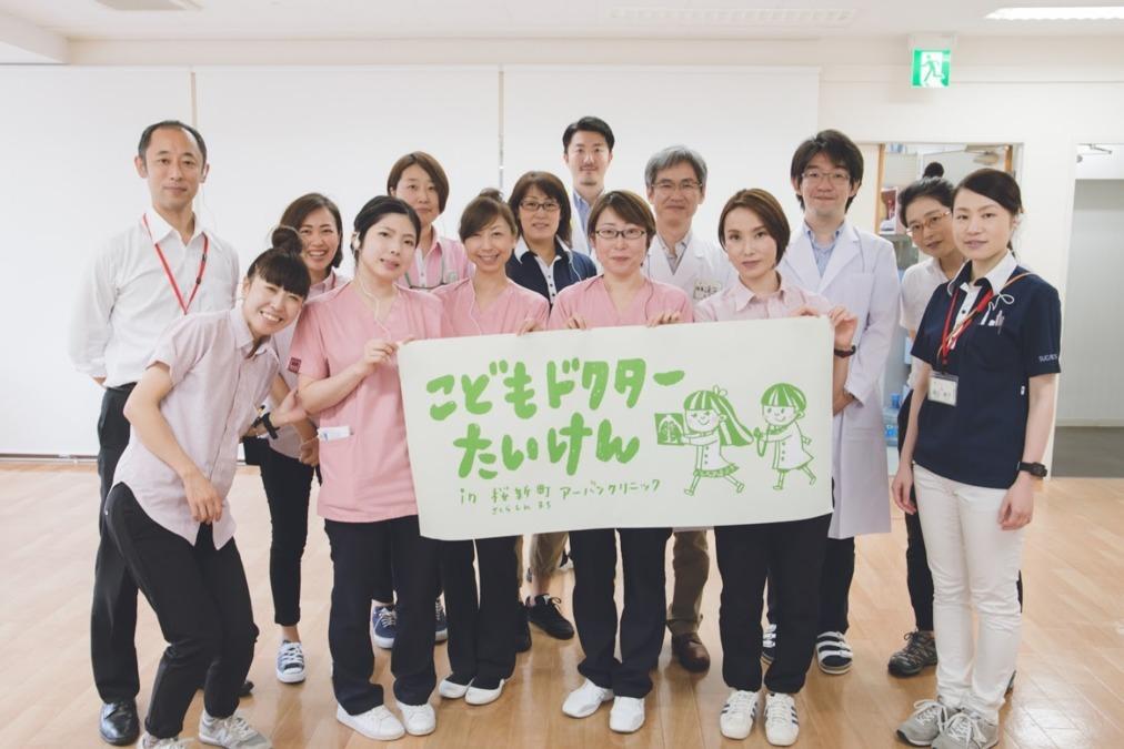 画像: インタビューに答えてくれた方:遠山典子さん(写真右)。薬剤師として薬局に勤務後、クリニックの運営に携わる。