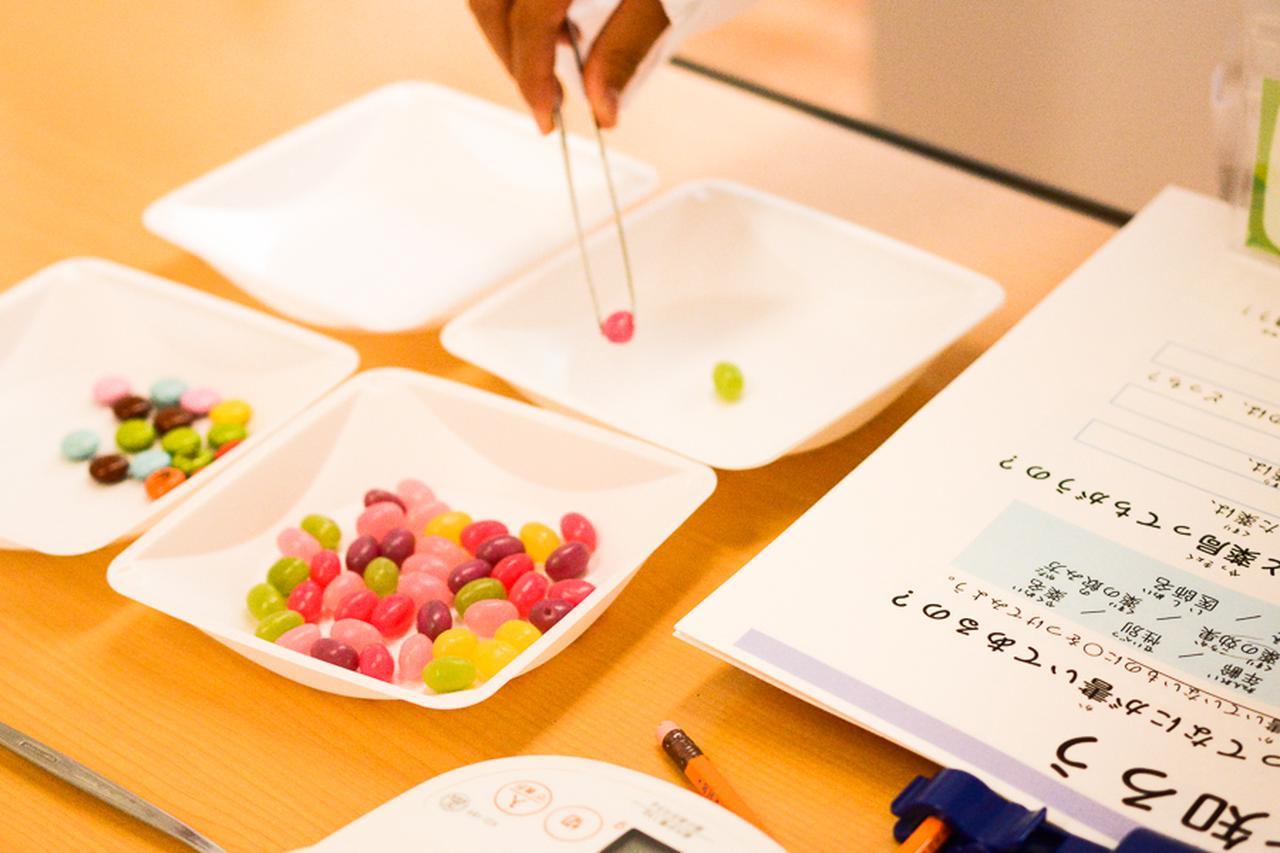 画像: 薬局コーナーでは、お菓子を薬に見たてて分包までを体験。