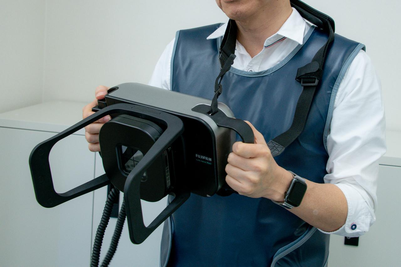 画像: 手持ちの時は、右手親指の位置にあるシャッターを押して撮影する。
