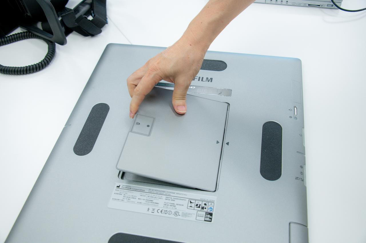 画像: 本体だけでなく、カセッテの役割を果たすパネルセンサー(DRカセッテ「カルネオ スマート」)の充電も忘れずに。パネル側面がシェル形状となっている点、防水仕様な点など、ユーザー目線で開発されている。