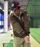 画像: アゲンストに負けないようにするには、左わきを開けずに体の正面で球をとらえよう