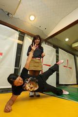 画像: 仲良しの堀奈津佳が一目置く身体能力とバランス。「サエのボディバランスがうらやましいです。」(堀)