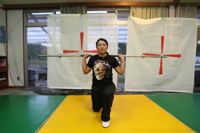 画像: 筋トレ大好きの彩恵ちゃん、こんなダイナミックなトレーニングもお手のもの。「主に下半身や体幹を鍛えているんです」