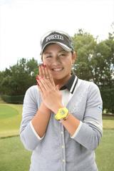 画像: 「母にもらった指輪です。ホールインワンしたりとか、ラッキーアイテムなんですよ」母娘の一体感で、目指せ優勝!