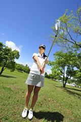 画像: アイアン、特に短い番手を練習している絵梨ちゃん。「球筋を打ち分けたり、スウィングを作ったり、何かと大事です」