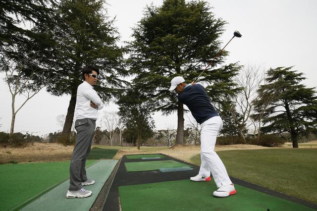 画像: 石井忍コーチとスウィング調整を行う薗田プロ ph/岡沢裕行