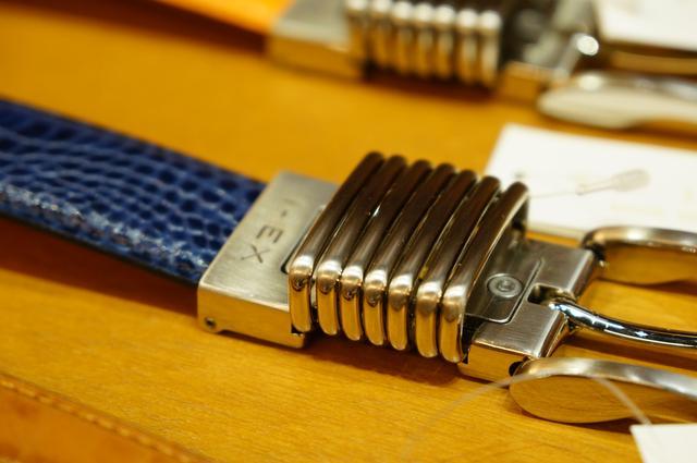 画像: バックルのスプリング部分が約1センチ伸び縮みする