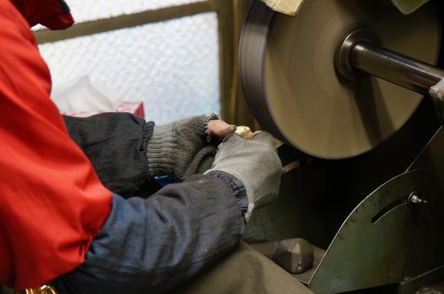 画像: 職人の手でひとつひとつ丁寧に磨き上げられる