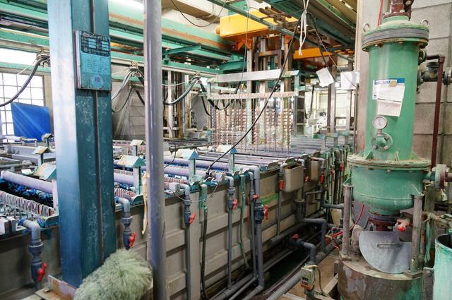 画像: バックルをメッキする加工場