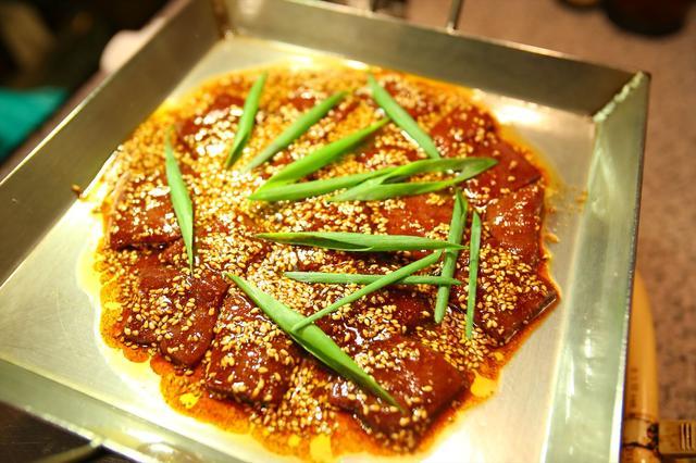 画像: ①まずは「きも焼き」。新鮮で甘味のあるレバーを、甘辛のタレでいただきます。焼きすぎ注意!