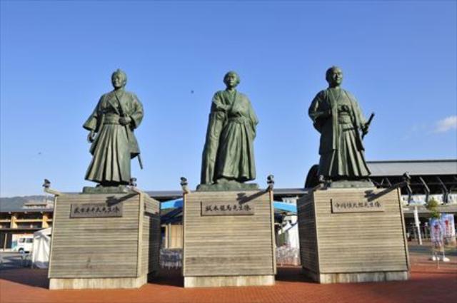 画像: 高知駅前にある三志士像。左から武市半平太、坂本竜馬、中岡慎太郎です。