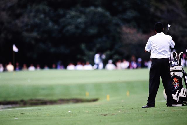 画像: ピンを見据え、クラブを握る尾崎
