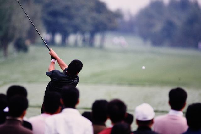 画像: ギャラリーの視線の先には、戦う男の背中