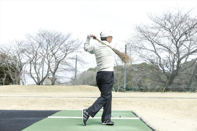 画像: フィニッシュは右肩がターゲットを向いている。体が大きく回転しているのが良くわかります。