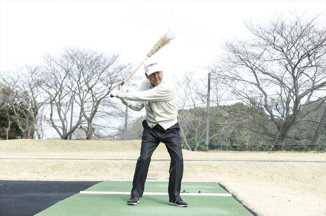 画像: 海老原プロの力強いスウィング。「左肩で引っ張るようにクラブを下ろすといいですよ」