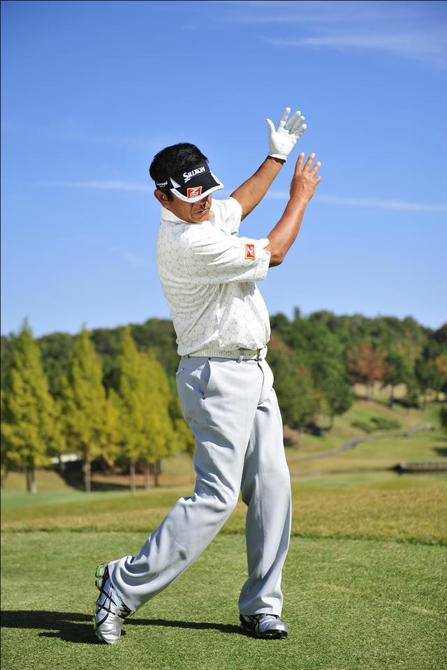 画像: 右手だけではなくてフォローに向かって右腰や右肩も回しこんでいきます