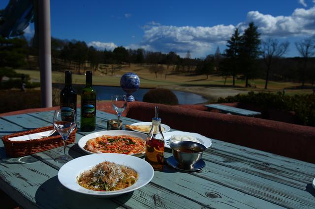 画像: こちらはテラスレストラン。コースが見渡せ、これからの時季は特に最高です。