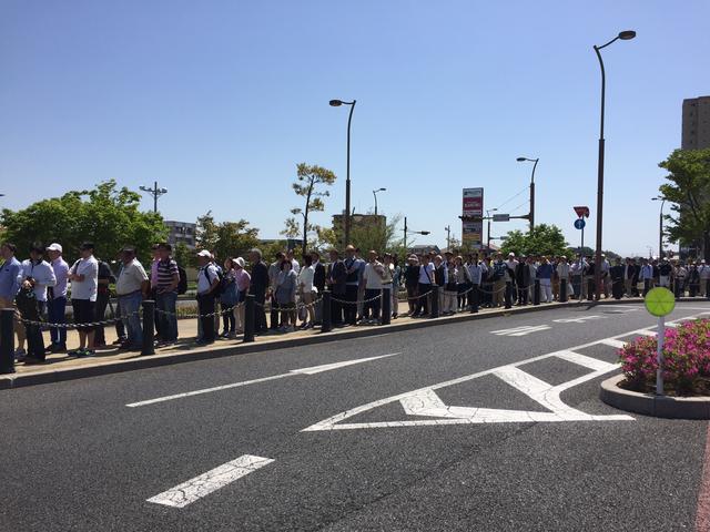 画像: 駅前にはバス待ちの長蛇の列…
