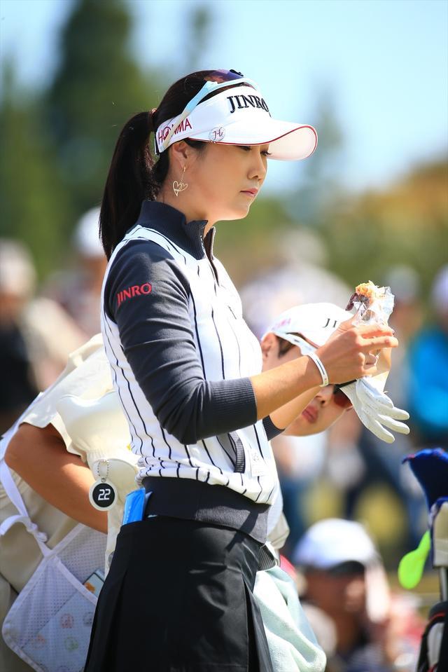 画像: キム・ハヌルはパンをむしゃむしゃ…
