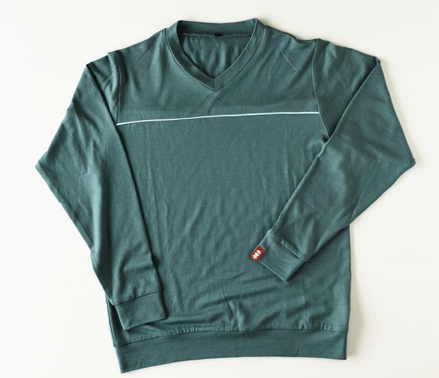 画像: 撥水性とともに軽さもポイント。胸元のパイピングが効いていて普段使いとしてもアリ(色はピーコックグリーンのみ)