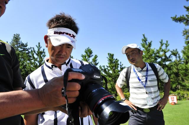 画像: *撮ったばかりの写真をチェックするプロの姿はおなじみの光景です(*^_^*)