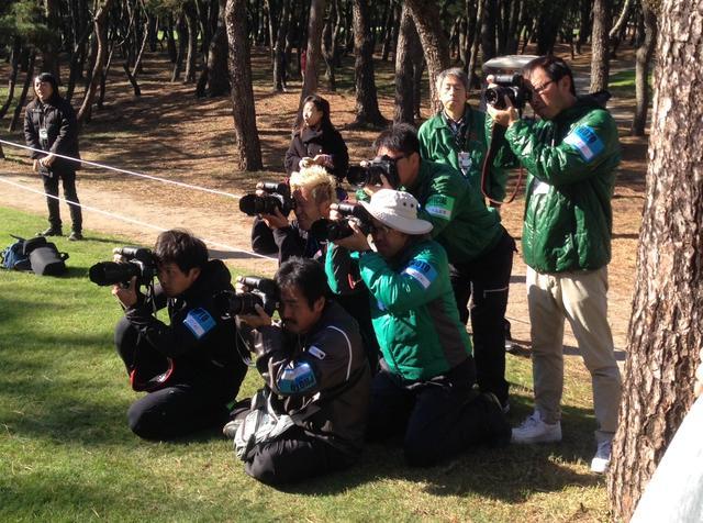 画像: *プロの構えに合わせて集団でスライドするカメラマンたち