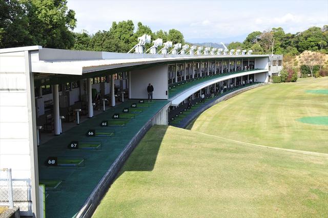 画像: ゴルフガーデンクレッセント桂浜 280Y全72打席を誇る巨大練習場です。 dr.golfdigest.co.jp
