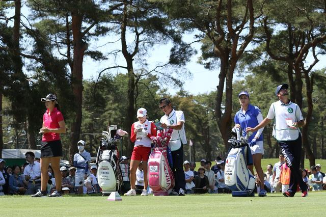 画像: サロンパスカップ最終日、最終組の3人。渡邉彩香(左)、イ・ボミ(中央)、レクシー・トンプソン(右)