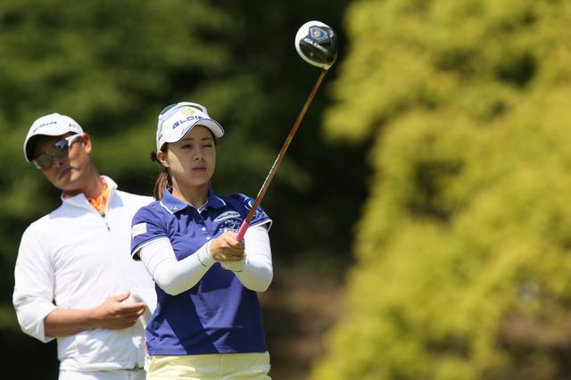 画像: ショット前には右目でアライメントを取ります。後ろに見えているのは和田コーチ