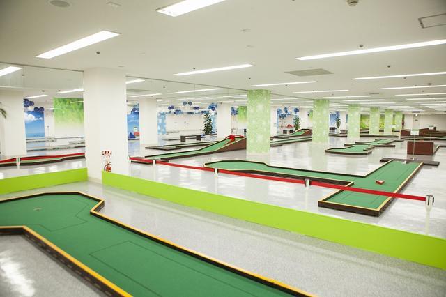 """画像: ヨーロッパ発祥のニュースポーツ """"ミニゴルフ""""が楽しめる室内型コース「パットサル36」"""