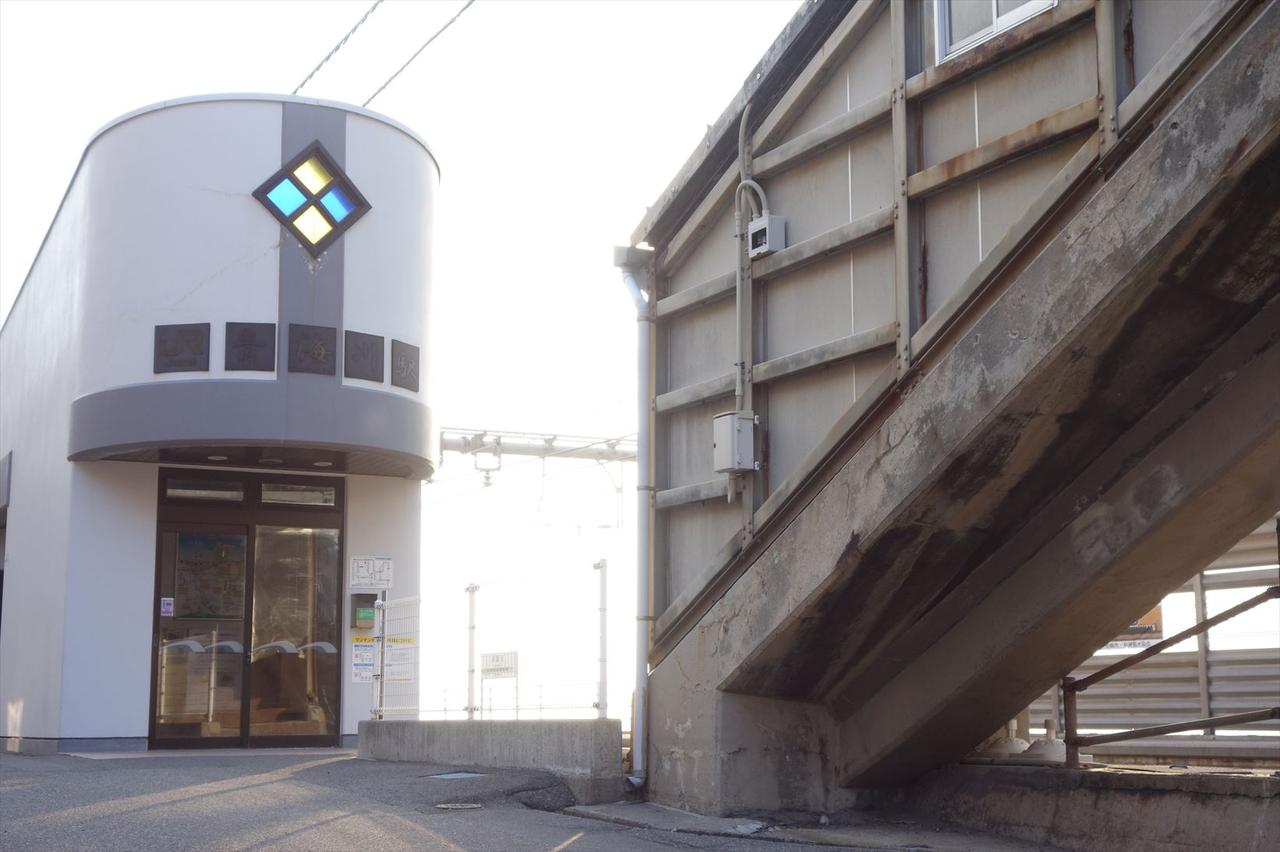 画像: 以前の木造駅舎は2007年の新潟中越沖地震で倒壊。2008年に新築された駅舎がこちら。