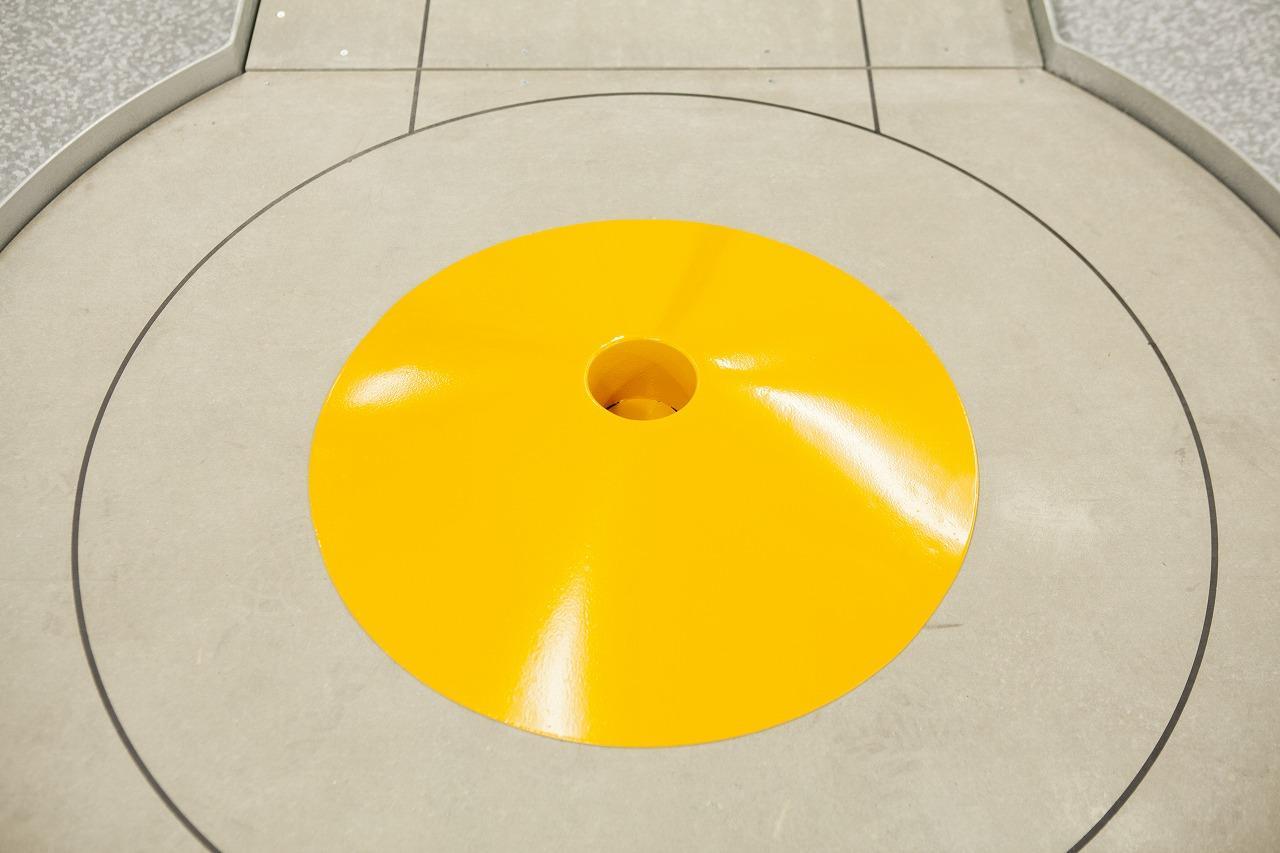 画像: 円錐型の山の頂点がカップ