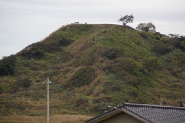 画像: 「んじゃ登ってみっぺ」と、下の久田集落の奥に見つけた山道を歩くこと5分ほど。周囲はすべて急な崖で、高所恐怖症の担当は後ろを向けません…。