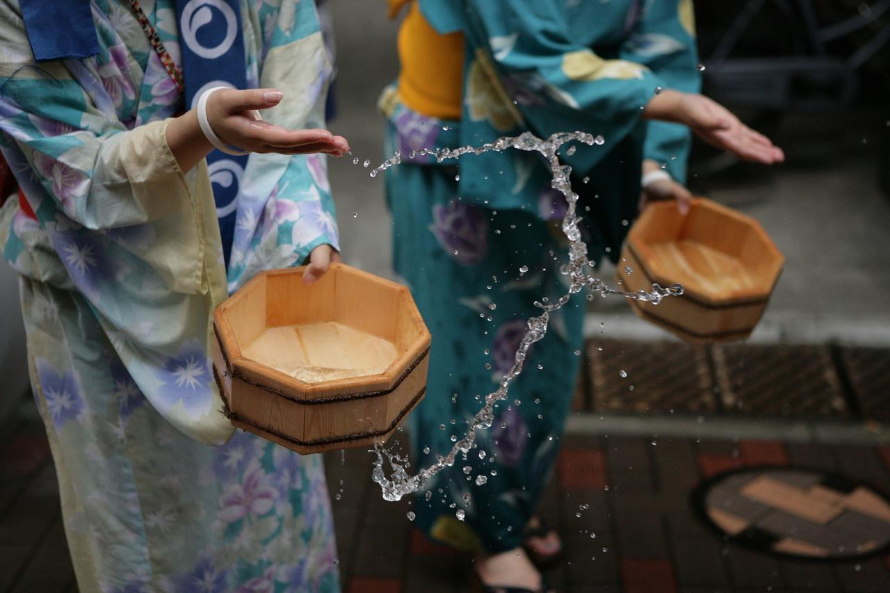 画像: 打ち水も気化熱を利用している