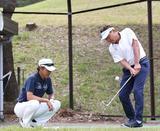 画像: 芹澤プロ(写真左)の指導に真剣に取り組む松木さん(右)