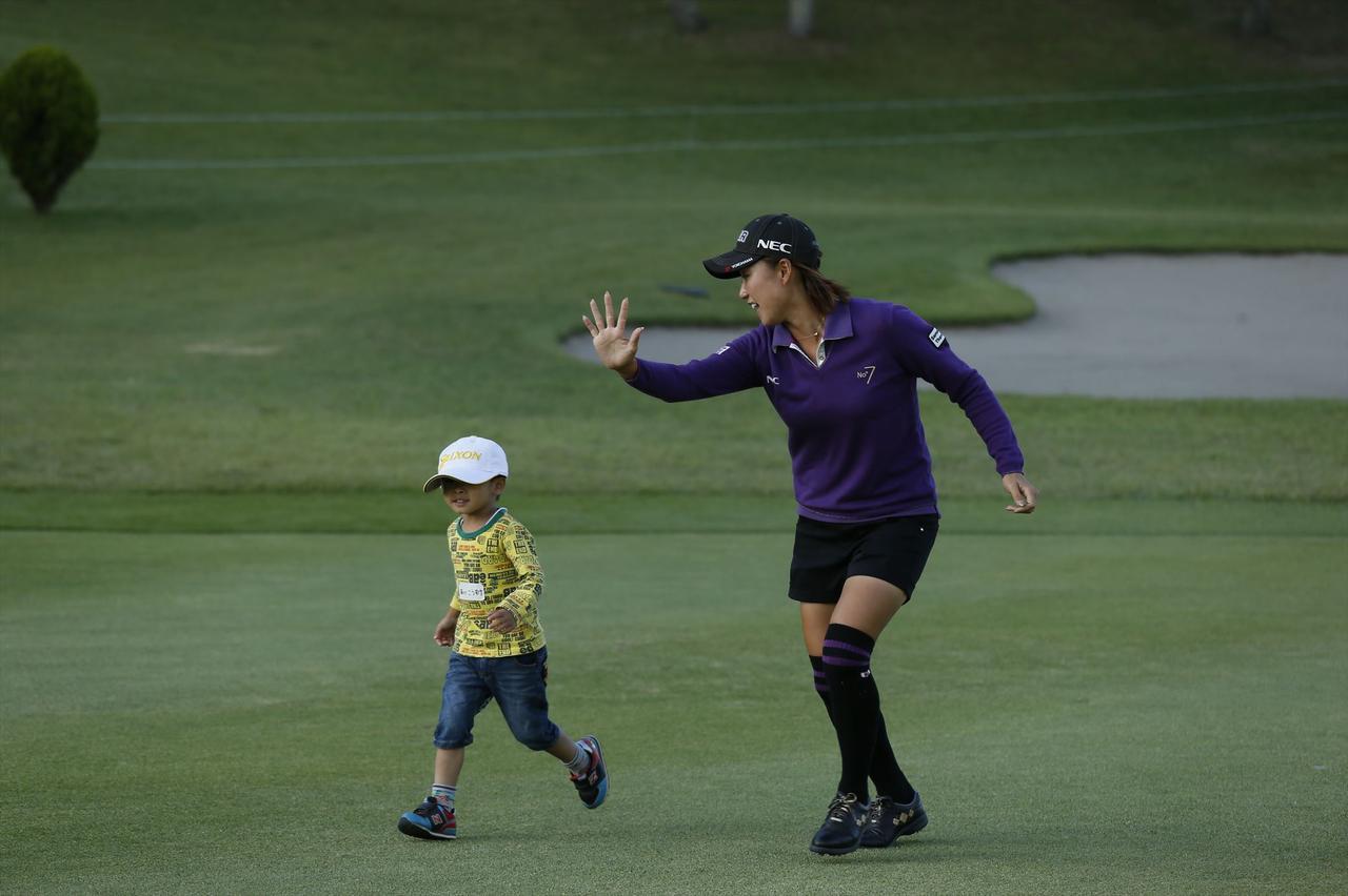 画像: 子供と一緒にフェアウェイを走る原江里菜プロ