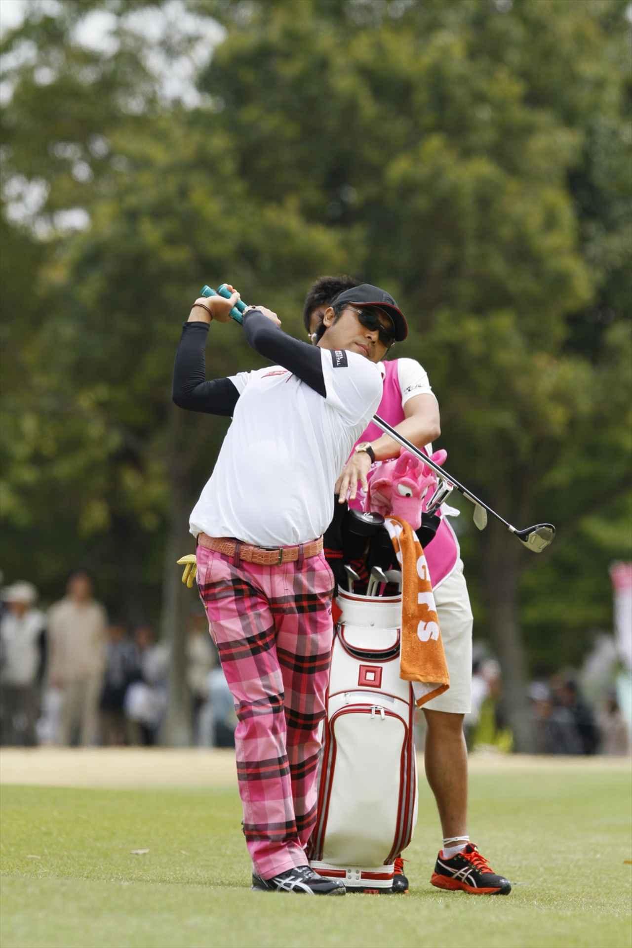 画像: 片山晋呉プロは左打ちの素振り