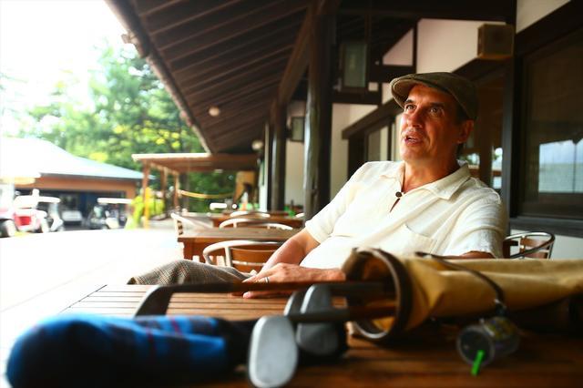 画像: アレックス・ブルースさん。軽井沢を中心に、さまざまな場所でヒッコリーゴルフの楽しさを伝える伝道師的存在。自身の営むアンテナショップも軽井沢にあります。 hickorygolf.jp